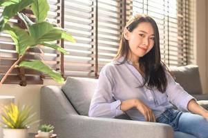 selbstbewusste schöne lächelnde asiatische Frau foto