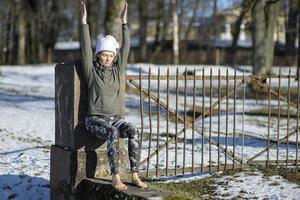 Eine junge sportliche Frau führt Yoga und Meditationsübungen im Freien durch foto