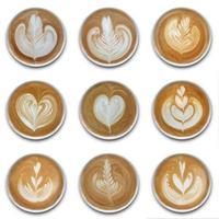 Sammlung von Bechern Latte Art Kaffee auf weißem Hintergrund foto