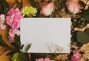 leere Karte auf Blumen foto