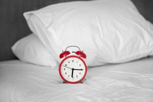 Wecker auf dem Bett foto