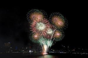 Gruppe von roten und goldenen Feuerwerkskörpern foto