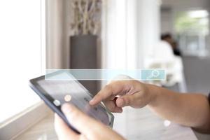 Person, die online auf Tablet-Konzept sucht foto