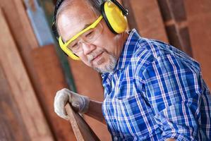 Handwerker, der mit Holz arbeitet foto