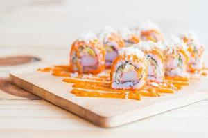 Lachssushi-Rolle, traditionelles japanisches Essen foto