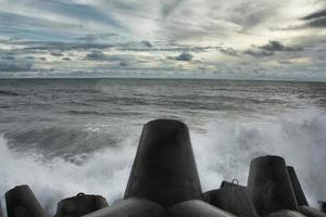 Blick auf das Meer mit riesigen Felsen und einer Welle foto