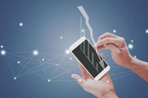 Modell eines leeren Bildschirms auf dem Handy foto