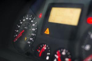 Die orangefarbene Warnung des Kapitals t leuchtet auf dem Tachometer eines schweren Lastwagens foto