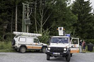 Jesenik, Tschechische Republik 2017 - Ansicht von Mercedec Pickup-Notfahrzeugen, die beschädigten Leistungstransformator nach Windsturm reparieren foto