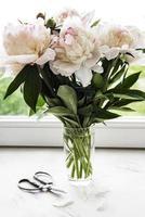 schöner rosa Pfingstrosenstrauß in einer Vase foto