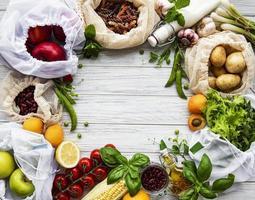 verschiedene bäuerliche Bio-Gemüse, Getreide, Nudeln und Obst in wiederverwendbaren Verpackungen Supermarktbeutel foto