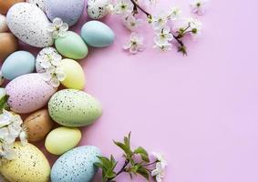 bunte Ostereier mit Frühlingsblütenblüten foto