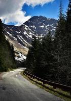 Frühlingslandschaft mit felsigem Hügel foto