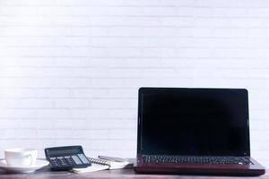 Laptop mit leerem Bildschirm auf dem Schreibtisch