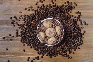 Kaffeekekse in einem Teller mit bestreuten Kaffeebohnen foto