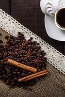 schwarzer Kaffee mit Getreide und Zimt foto
