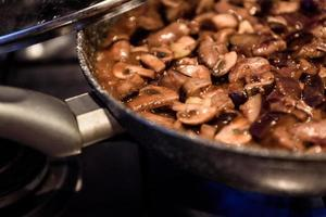 gebratene Pilze in einer Pfanne kochen foto