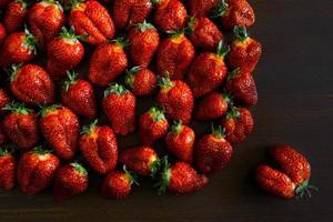 Erdbeeren auf einem Holztisch foto