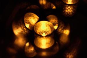 Kerze in Glas mit einem beleuchteten Muster foto