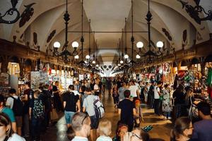 krakow, polen 2017- markt im zentralen touristischen bereich von krakow foto