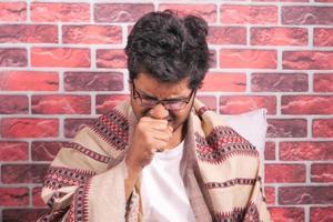 Mann hustet und niest