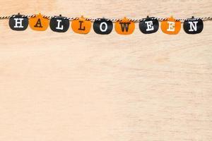 Halloween-Dekoration, schwarze und orange Fahnen auf einem hölzernen Hintergrund foto