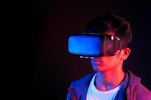 junger Mann, der Virtual-Reality-Headset trägt foto