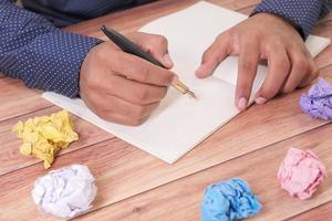 zerknitterte Papierkugel und Notizblock