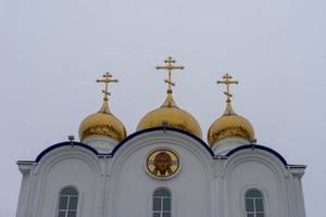Kathedrale der Heiligen Dreifaltigkeit mit einem weißen verschneiten Himmel in petropavlovsk-kamchatsky, Russland foto