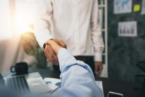 Erfolgreiches Verhandlungs- und Handshake-Konzept, zwei Geschäftsleute geben sich die Hand