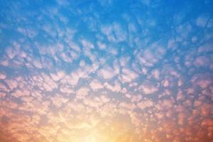 blauer Himmel und klarer weißer Wolkennaturhintergrund foto