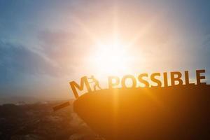 Schattenbild der Person und des Textes auf Klippe im Sonnenuntergang, Entwicklungskonzept foto