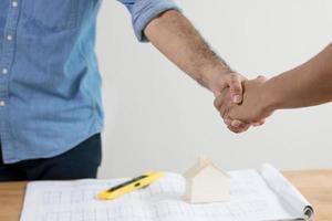 Handschlag des Bauunternehmers und Investors oder Ingenieurs, erfolgreiche Verhandlung foto