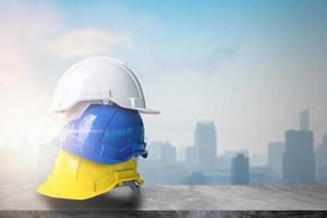 gelber, blauer und weißer Schutzhelmhut der Bauarbeiten foto