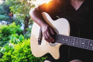 Person, die Gitarre spielt foto