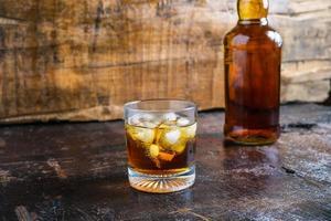 Glas und eine Flasche Whisky foto