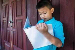 Junge studiert draußen foto