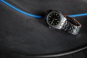 Armbanduhr auf schwarzem Hintergrund foto