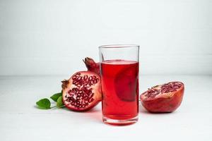 Granatapfelsaft in einem Glas foto