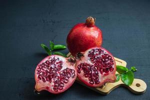 Granatapfelfrucht auf einem schwarzen Hintergrund foto
