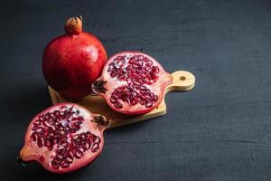 Nahaufnahme von Granatapfelfrüchten auf Schwarz foto