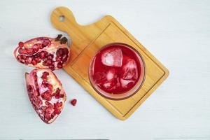 Draufsicht auf Granatapfelsaft foto