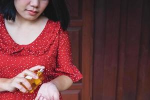 Frau sprüht Parfüm auf ihr Handgelenk foto