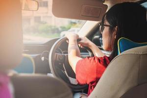 Frauen, die ein Auto fahren foto