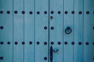 blaue hölzerne Haustür eines Hauses foto