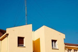 TV-Antenne auf dem Dach eines Hauses foto