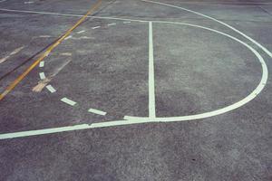 Straßenbasketballplatz von Linien und Markierungen foto