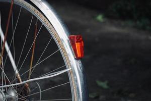 Fahrradrad auf der Straße foto