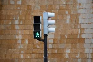 Ampel auf der Straße in der Stadt foto
