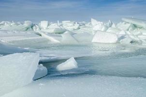Große schwimmende Eisstücke wurden ins Meer getrieben, um im Winter Eisberge und Ostsee zu erzeugen foto
